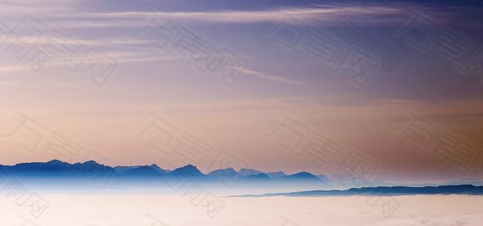 蓝天白云山峰背景