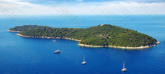 大海中美丽的岛屿摄影图片