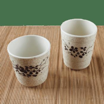 桌子上的白色茶杯