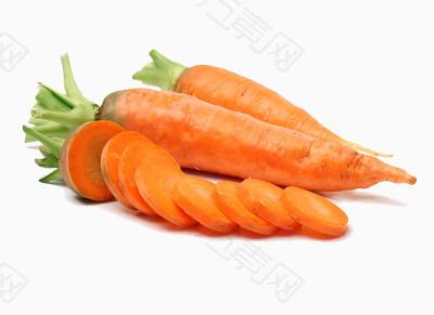 两根完整的红萝卜和切片的红萝卜