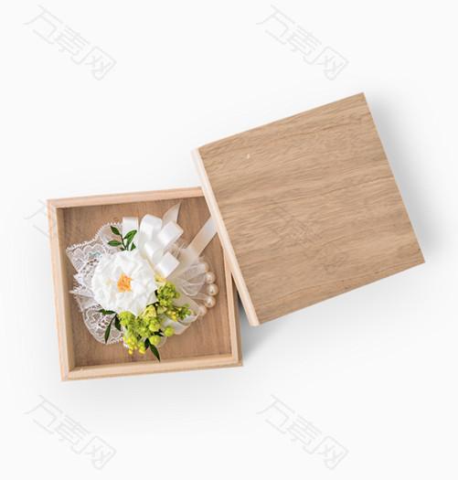木盒里面的鲜花